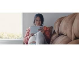 年轻的亚洲孕妇使用平板电脑搜索怀孕信息_6139078