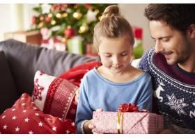 和爸爸一起分享圣诞礼物_11820278
