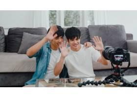 年轻的亚裔同性恋夫妇在家中有影响力的夫妇_6139021