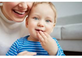 年轻的母亲和她一岁的小儿子穿着睡衣摆姿势_10271300