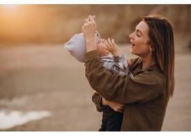 年轻的母亲和她的小儿子玩得很开心_10703577