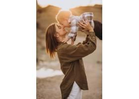 年轻的母亲和她的小儿子玩得很开心_10703588