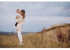年轻的母亲和她的小儿子玩得很开心_10703606