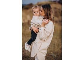 年轻的母亲和她的小儿子玩得很开心_10703612