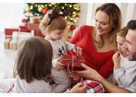 圣诞快乐宝宝和家人在一起_11725825