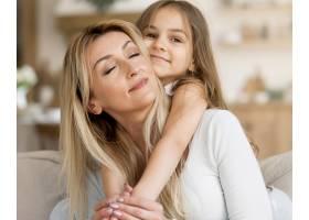 年轻的母女俩在家中拥抱_10604676