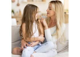 年轻的母女俩在家里共度时光_10604681