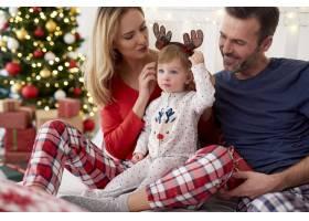 圣诞早晨和家人在一起的快乐宝宝_11725312