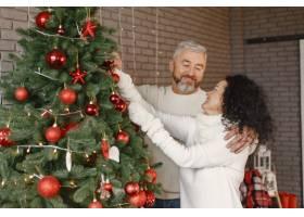 年龄和人口观家里的高年级夫妇穿着白色_11756876