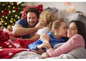 圣诞清晨相亲相爱的家人_11727977