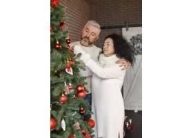 年龄和人口观家里的高年级夫妇穿着白色_11756879