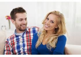 客厅里微笑的情侣画像_10676805