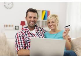 家中有笔记本电脑和信用卡的情侣写真_10675035