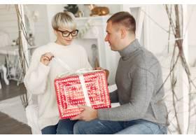 家人在家里圣诞装饰品附近的情侣穿灰色_10704866