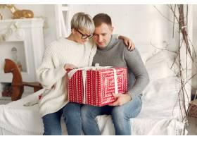 家人在家里圣诞装饰品附近的情侣穿灰色_10704867