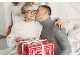 家人在家里圣诞装饰品附近的情侣穿灰色_10704868
