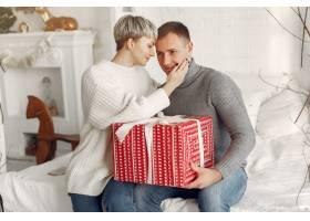 家人在家里圣诞装饰品附近的情侣穿灰色_10704870