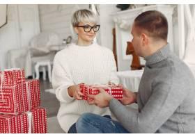 家人在家里圣诞装饰品附近的情侣穿灰色_10704873