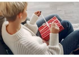 家人在家里圣诞装饰品附近的情侣穿灰色_10704943