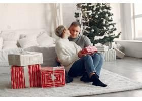家人在家里圣诞装饰品附近的情侣穿灰色_10704945