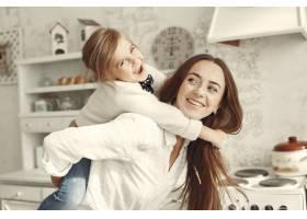 家人在家里母亲和女儿在一个房间里_11799106