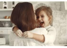 家人在家里母亲和女儿在一个房间里_11799110