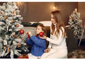 人们在为圣诞节做准备母亲和女儿一起玩耍_11755905