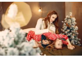 人们在为圣诞节做准备母亲和女儿一起玩耍_11755945