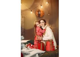 人们在为圣诞节做准备母亲和女儿一起玩耍_11755951