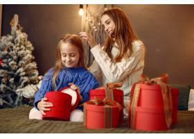 人们在为圣诞节做准备母亲和女儿一起玩耍_11756015