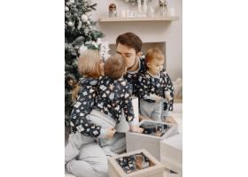 人们为圣诞节而修缮人们和孩子一起玩耍_12040929
