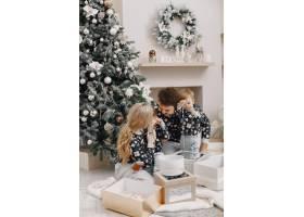 人们为圣诞节而修缮人们和孩子一起玩耍_12040931