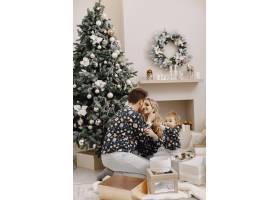 人们为圣诞节而修缮人们和孩子一起玩耍_12040936
