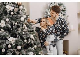 人们为圣诞节而修缮人们和孩子一起玩耍_12040943