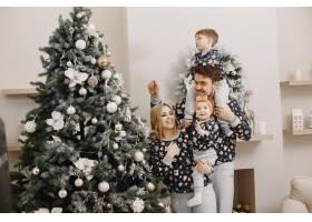 人们为圣诞节而修缮人们和孩子一起玩耍_12040945