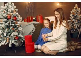 人们在为圣诞节做准备拿着孟加拉灯的孩子_11755977