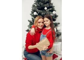 人们在为圣诞节做准备母亲和女儿一起玩耍_11744868