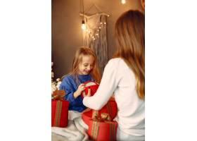 人们在为圣诞节做准备母亲和女儿一起玩耍_11755858