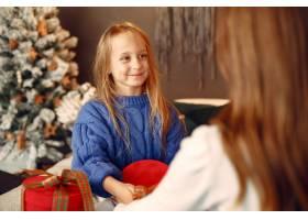 人们在为圣诞节做准备母亲和女儿一起玩耍_11755862