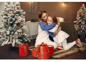 人们在为圣诞节做准备母亲和女儿一起玩耍_11755868