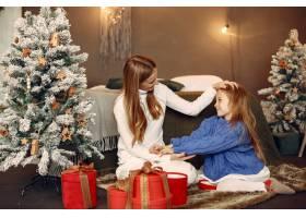 人们在为圣诞节做准备母亲和女儿一起玩耍_11755873