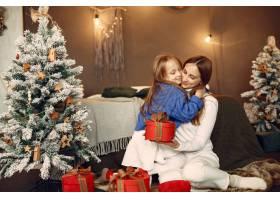 人们在为圣诞节做准备母亲和女儿一起玩耍_11755883