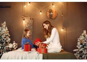 人们在为圣诞节做准备母亲和女儿一起玩耍_11799234