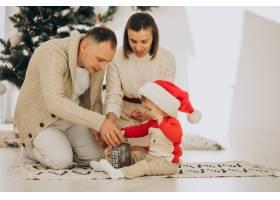 家里有个小儿子在圣诞树旁_12178487