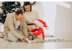 家里有个小儿子在圣诞树旁_12178490