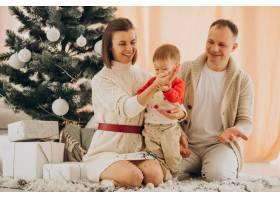 家里有个小儿子在圣诞树旁_12178494