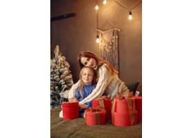 人们在为圣诞节做准备母亲和女儿一起玩耍_11799286