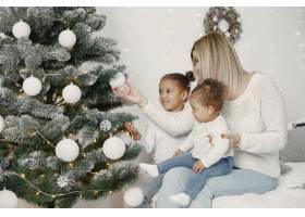 人们在为圣诞节做准备母亲和她的女儿们一_11776862