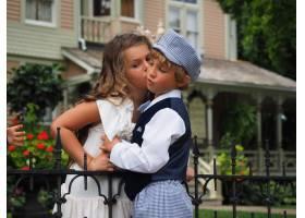 小女孩亲吻男孩脸颊的特写镜头_10944978