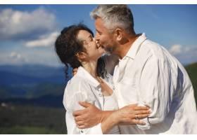 山里的老男人和老女人日落时分相爱的成年_10884903